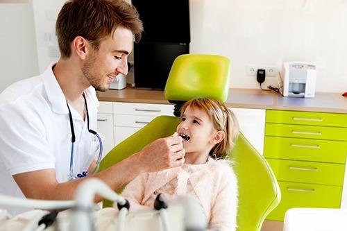 Kind wird behandelt bei Dr. Charvat